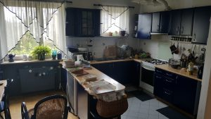 Granatowa kuchnia - remont kuchni w bloku