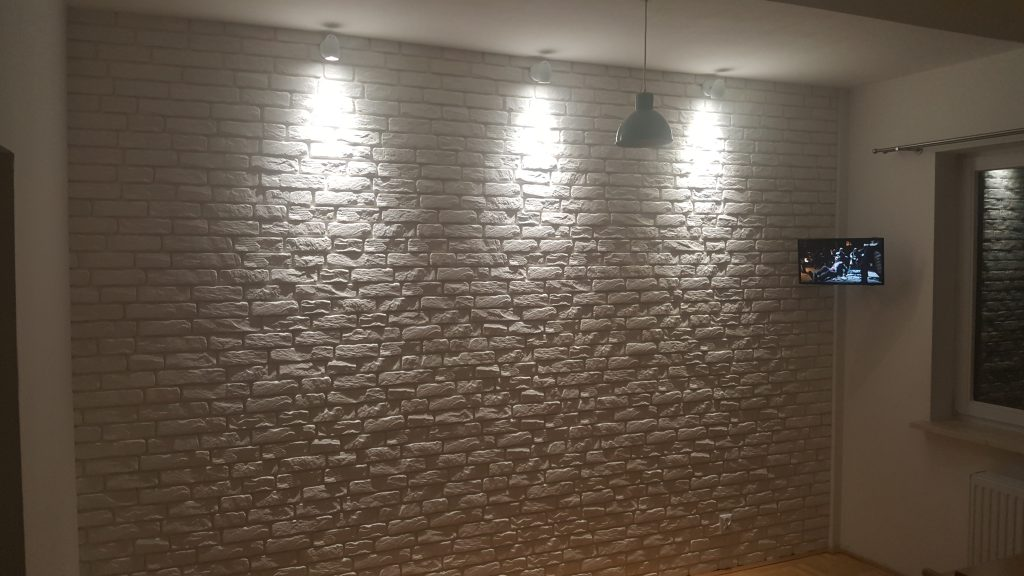 ściana z cegły dekoracyjnej w kuchni w mieszkaniu