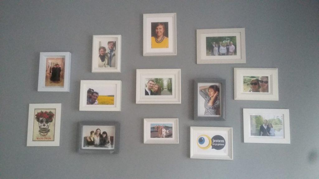 zdjęcia na ścianie w salonie