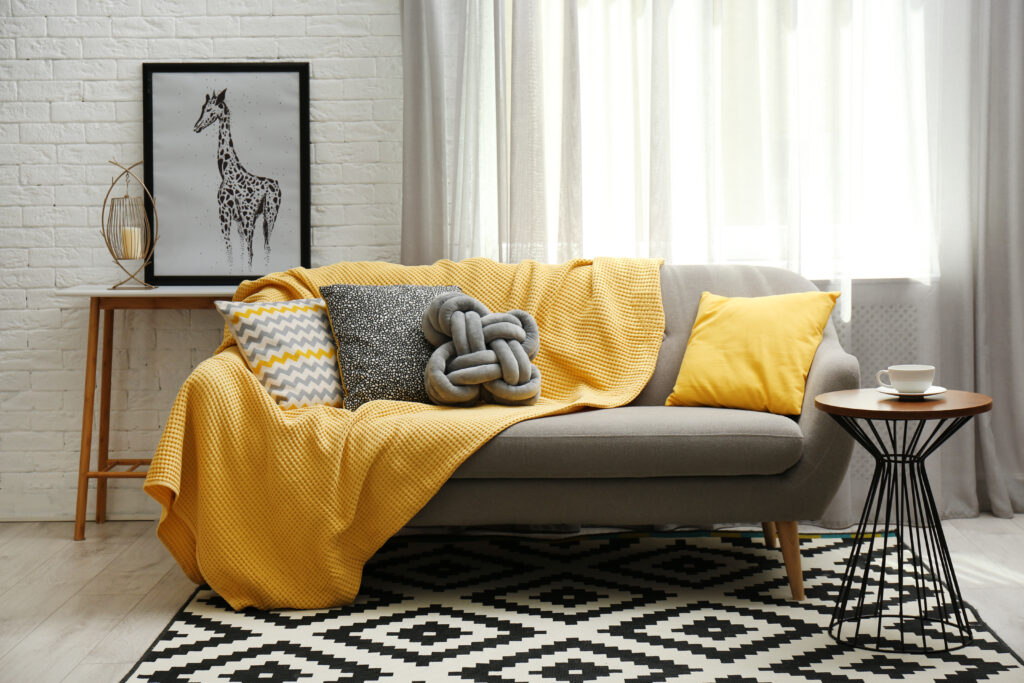 czarno-białe wnętrza i żółty