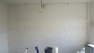Kładzenie cegieł na ścianie