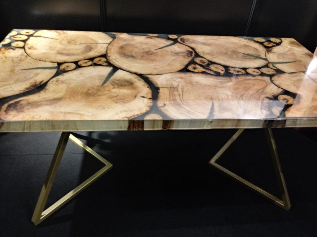 stolik z drewna i żywicy