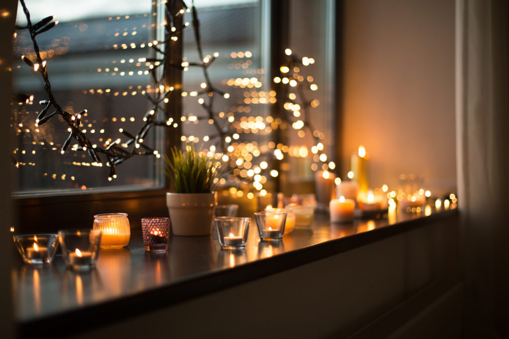 lampki choinkowe na oknie