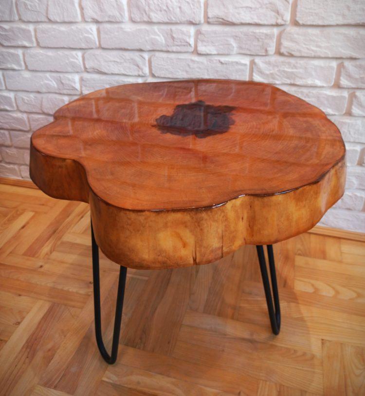 stolik kawowy z plastra drewna i żywicy