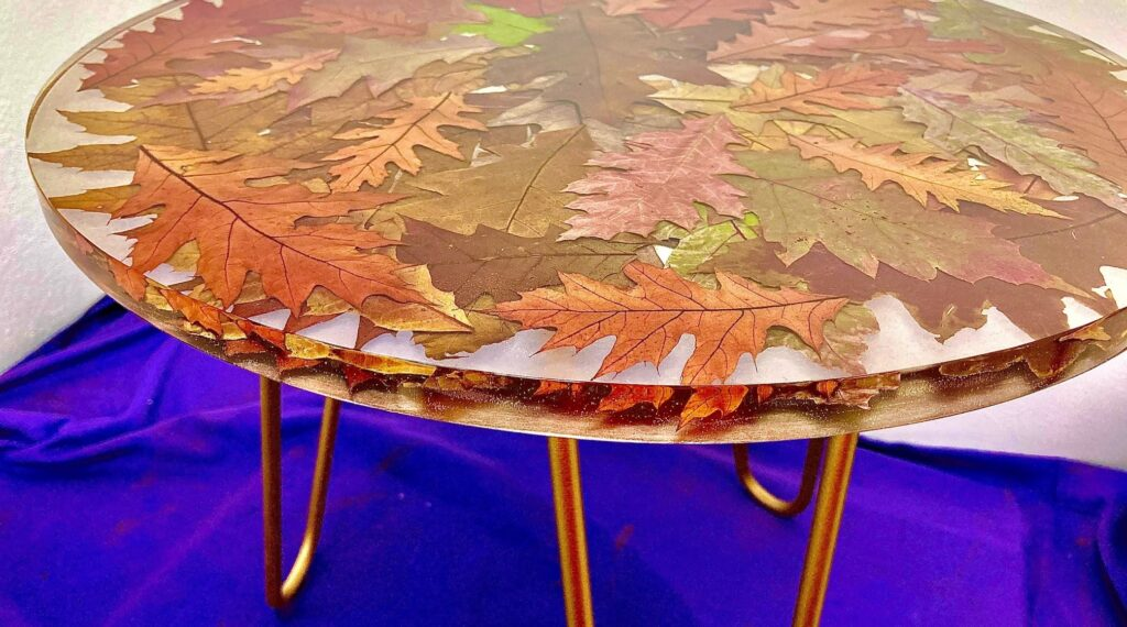stolik z żywicy z liśćmi